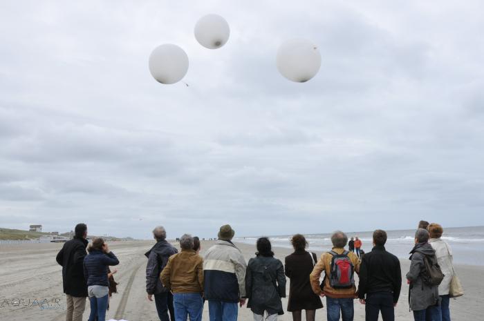 asverstrooiing-per-helium-ballon-egmond-aan-zee