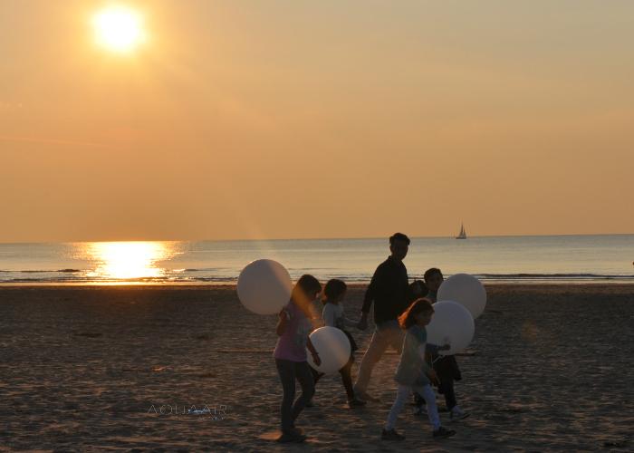 ballonverstrooiing kinderen met begeleidingsballonnen