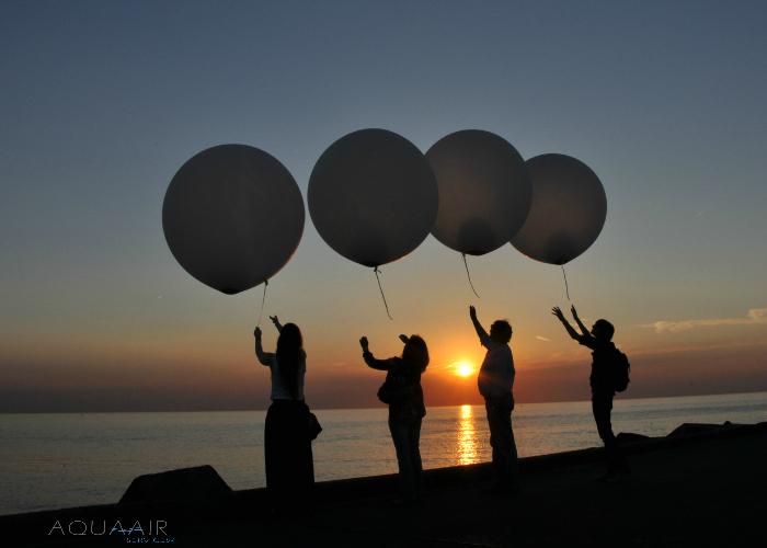 Ballonverstrooiing beide ouders zonsondergang