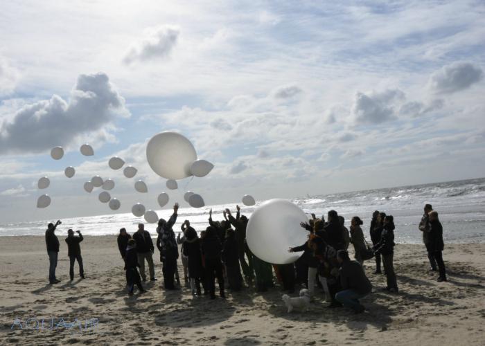 Ballonverstrooiing asverstrooiing met heliumballon samen met begeleidingsballonnen