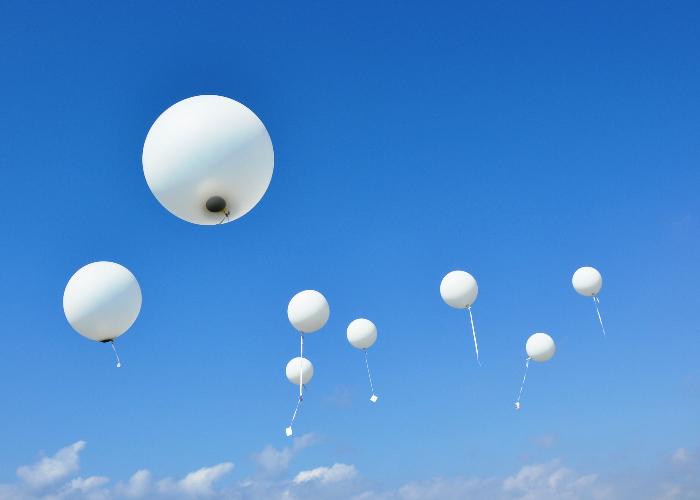 Ballonverstrooiing met begeleidingsballonnen