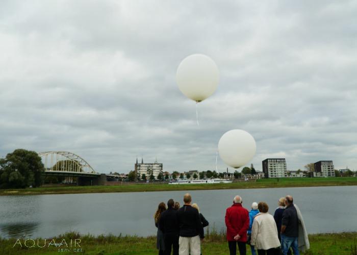 ballonverstrooiing-deventer-ijssel-asverstrooiing -met-helium-ballonnen