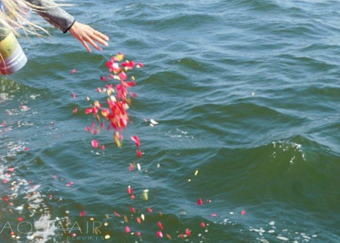 asverstrooiing-scheveningen-asbijzettijng-op-zee-strooikoker-water-urn