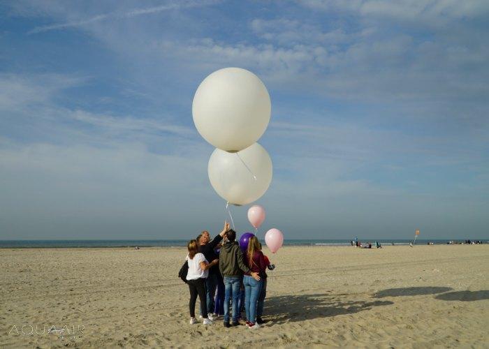 Ballonverstrooiing-strand -kijkduin-aqua-air-services- as-heliumballon