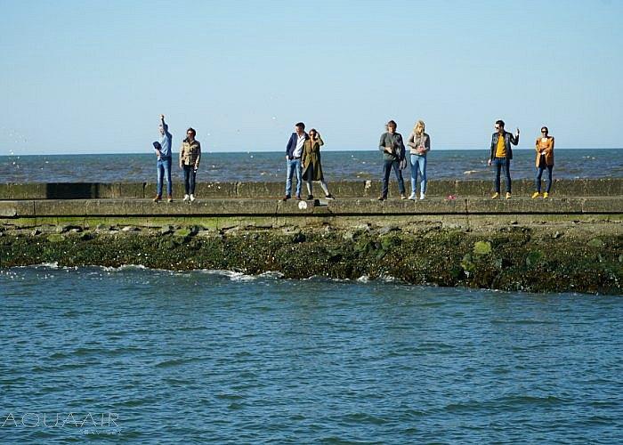 Asbijzetting Hoek van Holland met een deel van de nabestaanden op de pier