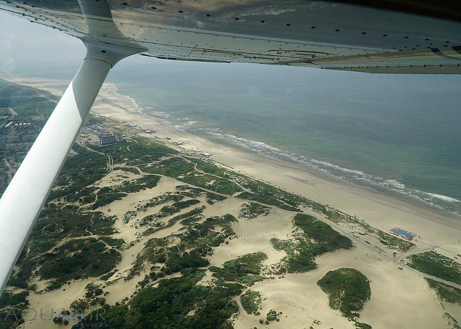 Fly-By asverstrooiing per vliegtuig voor de kust van Kijkduin.
